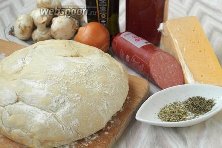 Для приготовления пиццы нам понадобится тесто для пиццы на кефире, колбаса салями, шампиньоны (можно взять как свежие, так и маринованные), лук, твёрдый сыр, сухие травы (я люблю орегано и базилик), для смазывания теста нужно оливковое масло и томатная паста или густой соус.