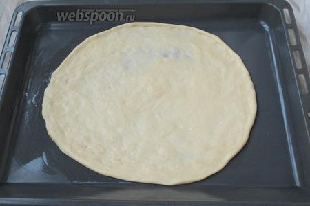 Также тесто можно растянуть на противне без пергамента, просто нужно его смазать растительным маслом. Мне без пергамента даже нравится больше, при такой раскатке тесто можно растянуть в лепёшку большего размера.