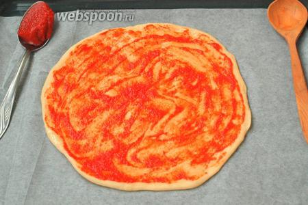 После масла на тесто нанести томатный соус или пасту.