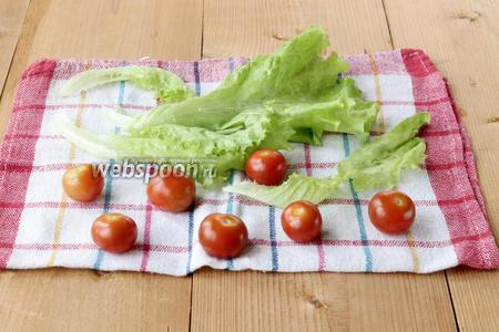 Вымыв, высушить черри и листья салата на полотенце.