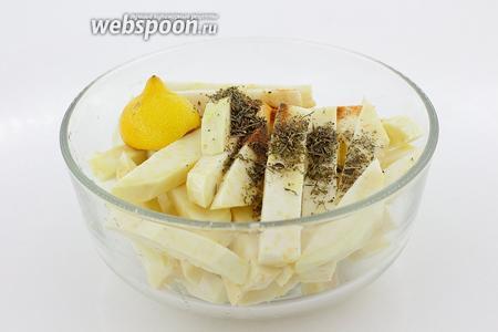 Нарезанный сельдерей полейте лимонным соком, добавьте специи, кроме соли и хорошо перемешайте. Оставьте на 5-7 минут.