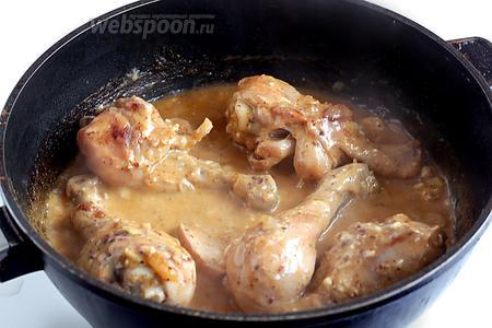 Курица в сметане по-кабардински готова. Подавайте с любым гариниром.