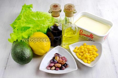 Чтобы приготовить салат, нужно взять фасоль варёную, кукурузу, авокадо, сыр Фета, лимон, листья салата. Для заправки взять сок лимона, масло оливковое, мёд, бальзамический соус.