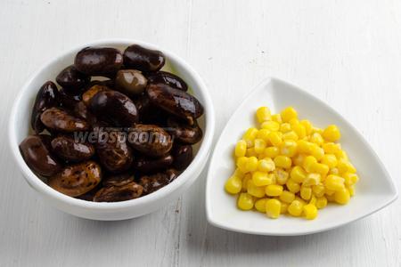 Накануне приготовить фасоль и  мороженую кукурузу .
