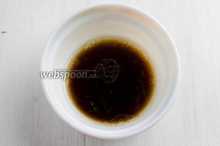 Приготовить заправку: сок лимона смешать с мёдом, добавить масло оливковое, затем бальзамический уксус. Выправить по вкусу.