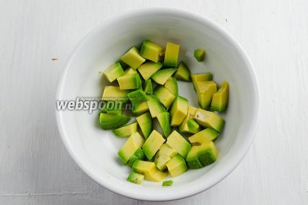 Авокадо очистить. Нарезать кубиком. Полить соком лимона.