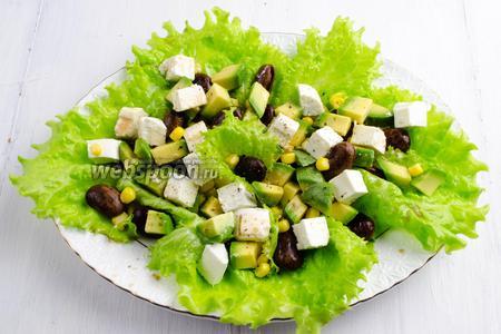 Полить салат соусом-заправкой. Поперчить. Подать салат к обеду.