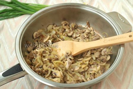 Разогреть в сковороде масло и обжарить грибы, не допуская сильного зажаривания. Должна появиться лёгкая золотая корочка. В конце жарки грибы посолить и посыпать чёрным молотым перцем.