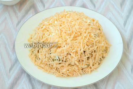 Твёрдый сыр натереть на тёрке. Посыпать салат сверху и по бокам. Вот салатик и готов. Перед самой подачей украсить салат листочками петрушки. Приятного аппетита!