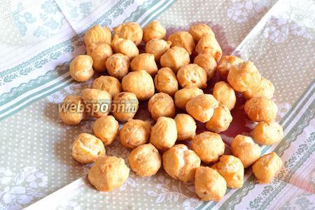 Вынуть готовые шарики из масла и положить на салфетку, чтобы впитался лишний жир.