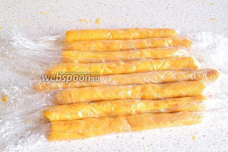 Затем все колбаски завернуть в пищевую плёнку и убрать в холодильник минут на 10-15.