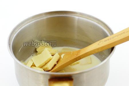 В горячие сливки добавляем кусочки белого шоколада и перемешиваем до однородной гладкой консистенции.