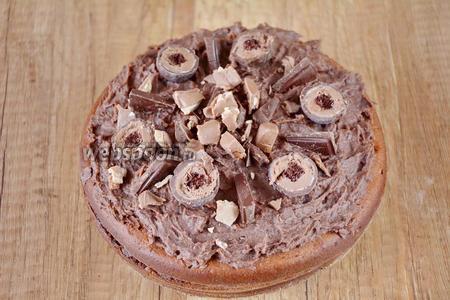 Готовый торт украшаем конфетами и кусочками шоколада. Приятного аппетита!