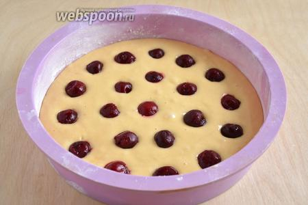 Разложите вишню. Если ягоды замороженные, размораживать до конца их не стоит.