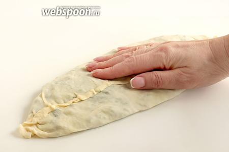 Хорошо прижать лепёшку ладонями, как бы растягивая её в стороны и делая тоньше. Аккуратно, чтобы не порвать тонкое тесто.