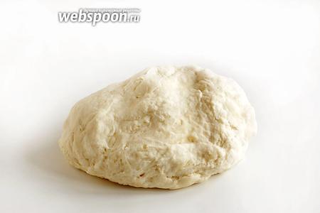 Вымесить тесто, пока оно не перестанет прилипать к столу. Завернуть тесто в полотенце, накрыть плёнкой и оставить на 0,5 часа.