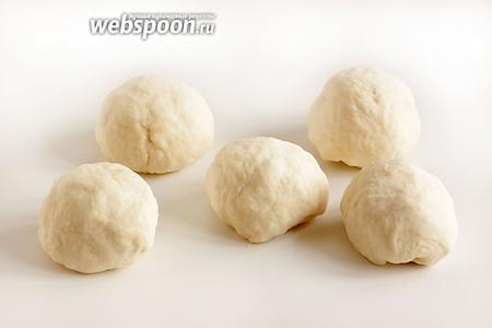 Разделить тесто на 6 равных частей, примерно по 100 г каждый. Сформировать шарики, опять накрыть полотенцем и целлофаном. Дать полежать, пока готовится начинка.