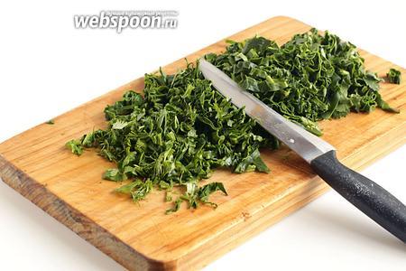Пока созревает тесто, подготовить зелень. Тщательно её перебрать, промыть и немного обсушить. Затем нарезать всю зелень.