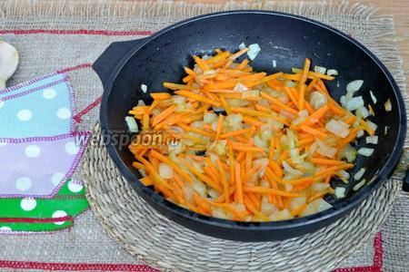 Обжарим на растительном масле лук и морковь. Добавим соль и перец. Снимем с огня.