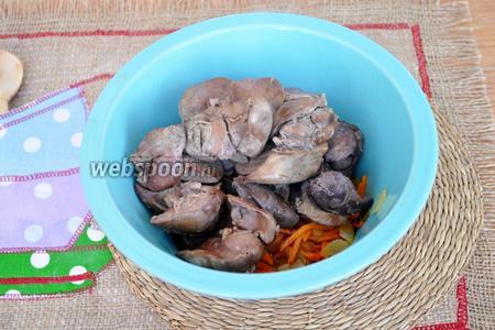 Готовую печень выложим в миску и добавим жареный лук и морковь. Можно пропустить всё через мясорубку. Я обойдусь погружным блендером. Измельчу всё до однородности.