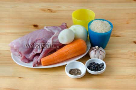 Для плова с кроликом нам понадобится пропаренный рис, морковь, лук репчатый, чеснок, кролик, вода, а также специи: зира, барбарис, куркума, чёрный перец и соль.