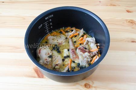 Теперь добавляем воду так, чтобы она слегка покрывала мясо с овощами. Добавляем специи: зиру, барбарис, куркуму и перец. Солим по вкусу и закрываем крышку, включаем режим «Тушение» на 30 минут.