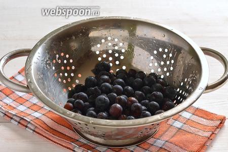 Виноград тщательно промыть под проточной водой, оборвать ягоды.