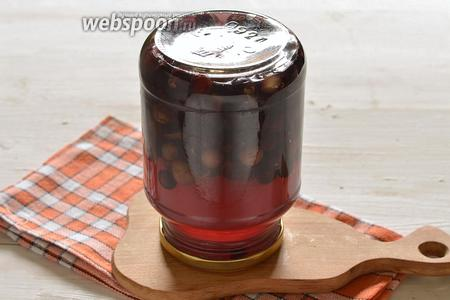 В воду добавить сахар. Довести до кипения и проварить 3 минуты. Горячий сироп залить в банки с виноградом. Закатать стерилизованной крышкой. Перевернуть на ровную поверхность крышкой вниз. Укутать одеялом и оставить до полного остывания. Хранить компот в прохладном месте.