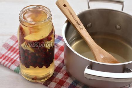 Залить кипящим сиропом (довести до кипения воду, сахар и лимонную кислоту).