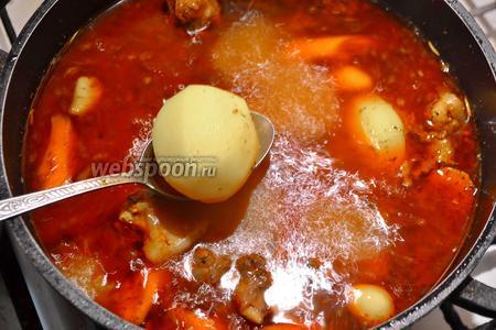 После истечения 1 часа, влейте воду до краёв кастрюли, добавьте картофель и варите 25 минут.