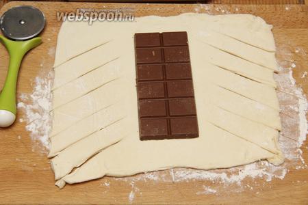 Делаем разрезы по диагонали, в центр выкладываем 1 шоколадку (200 г).
