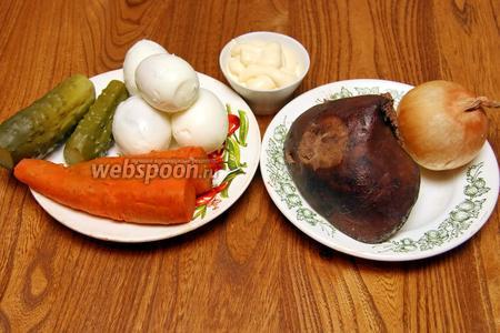 Для приготовления нам понадобится печень (любая), морковь, огурцы солёные, яйца, лук, майонез.