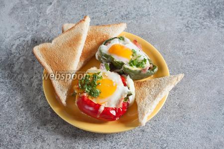 Перед подачей посыпаем яичницу в перцах нарезанной петрушкой, можно досолить и доперчить. Мне показалось, что к этому блюду неплохо подойдут гренки.