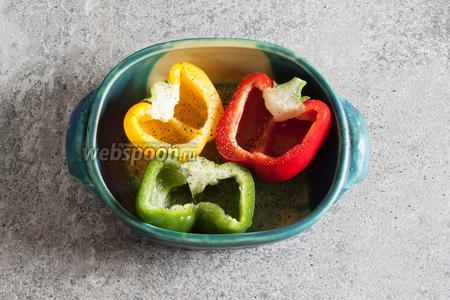 Из разполовиненных перцев вырезаем белые перепонки и семена, протираем их изнутри маслом, солим и перчим по вкусу.