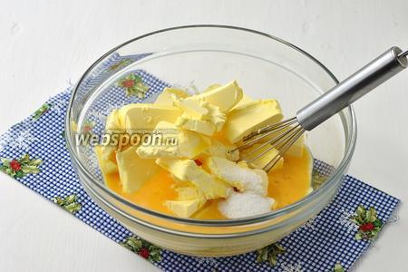 Добавить 400 г мягкого масла (масло предварительно вынуть из холодильника, за 3 часа до приготовления теста), слегка взбитые яйца (2 штуки), ванильный сахар (40 г).