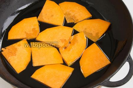 На дно разогретой сковородки налейте масло, чтобы образовался слой около 3 мм. То есть тыква не должна плавать в масле. Обжаривайте тыкву с обеих сторон до мягкости и подрумяненных краёв.