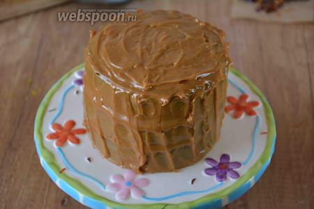 Поступаем также с остальными 3 коржами. Верхний корж торта и бока, смазываем кремом.
