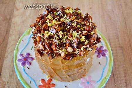 Готовый торт посыпаем измельчённым грильяжем и цедрой лимона, сверху готовый торт полить немного шоколадом. Приятного аппетита!