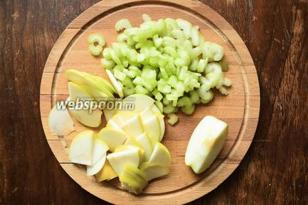 Яблоки нарезать вместе со шкуркой тонкими полукольцами. Сельдерей очистить и нарезать брусочками. Полить соком лимона яблоки и сельдерей, перемешать.