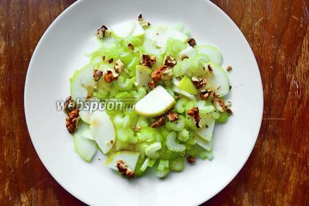 Выложить на блюдо яблоки и нарезанный сельдерей, добавить грецкие орехи.