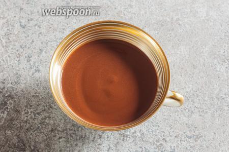 Классический горячий шоколад из тёртого какао очень необычен на вид. Это густой, коричневый напиток с лёгкой искрой, как в авантюрине. Это поблескивают мельчайшие капельки какао-масла. Очень красиво, пахнет обалденно, консистенция необычайно интересная, но… оно горькое и очень-очень непривычное. Короче, было интересно, наверняка оптимально с точки зрения полезности и диетичности, но для того, чтобы это было ещё и вкусно для современного человека, по-моему, туда всё-таки нужно как минимум 1 ложечку сахара.