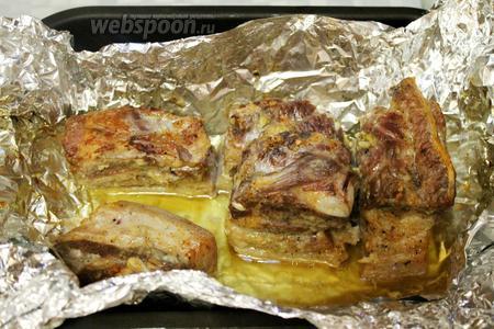 Открыть фольгу и запечь под грилем с конвекцией до зарумянивания. Можно кусочек отрезать сразу, потом охладить и доставать по мере надобности. Образовавшийся бульон с жиром слить и использовать в другие блюда.
