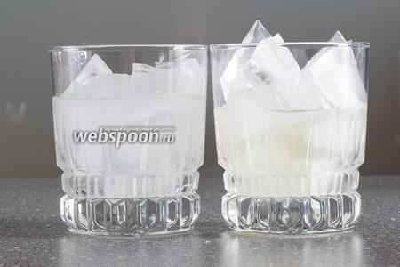 Наливаем по 60 мл рома (слева) и мартини бьянко (справа).