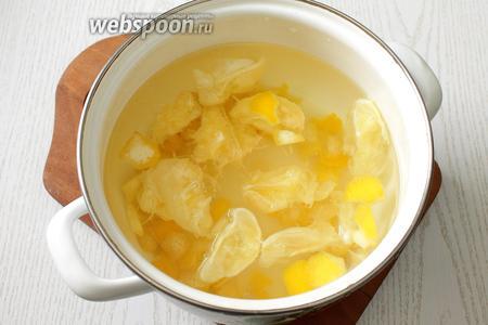 Выжимки и мелко порезанную цедру заливаем водой, добавляем сахар и доводим до кипения.