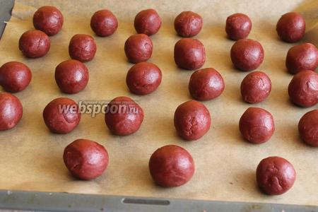 Готовое тесто достаём и делаем такие шарики, чуть больше ореха. Ставим в духовку на 10 минут при 180°С.