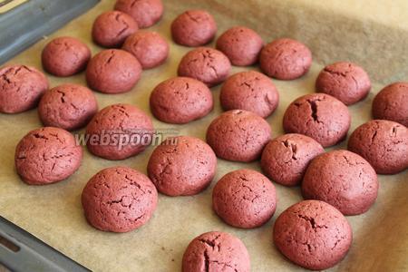 Наши шарики немного расплывутся и получатся такие печеньки. Даём остыть.