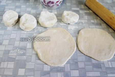 Подпылить мукой и раскатать сочни. Тесто должно быть не очень тонким, но и не толстым.
