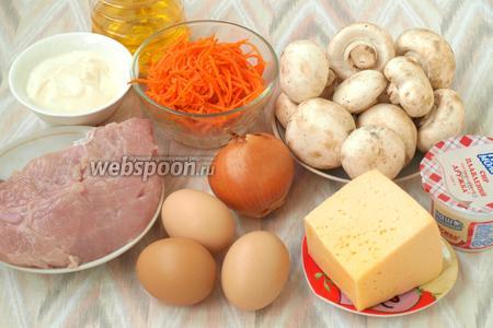Для приготовления салата подготовить следующие продукты: филе индейки, шампиньоны, лук, морковь по-корейски, яйца, твёрдый и плавленый сыр, майонез и подсолнечное масло. Филе индейки сразу залить водой и поставить на огонь, посолить и варить до готовности. Параллельно поставить варить яйца.