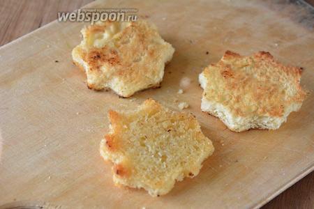 Обжарить хлеб на сковороде с 2 сторон до золотистого цвета.