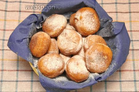 Готовые пончики посыпать сахарной пудрой. Приятного аппетита!